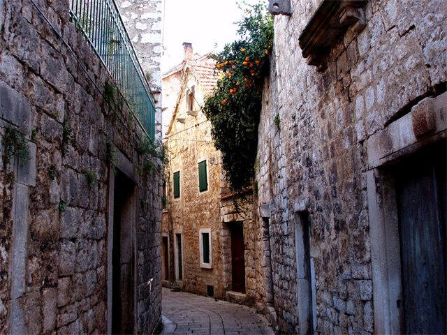 06. Narrow Streets
